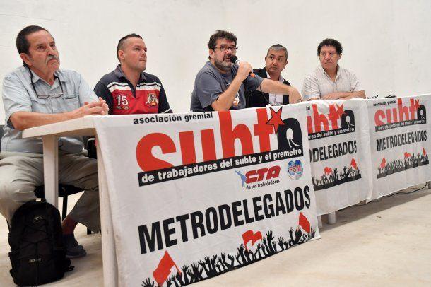 Metrodelegandos anunciando paro de subtes.