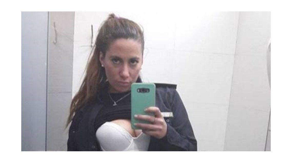 Escándalo en Bahía Blanca: se viralizaron fotos hot de una policía con el uniforme