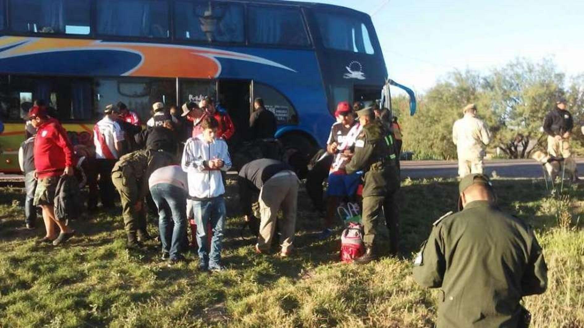 Supercopa Argentina: les secuestraron drogas, armas blancas y un hacha a hinchas de River