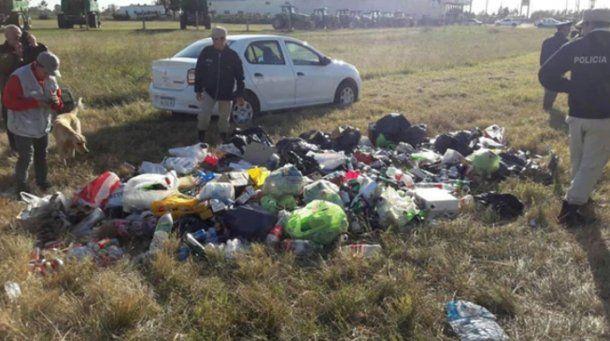 La bolsas y botellas requisó la policía en la ruta.