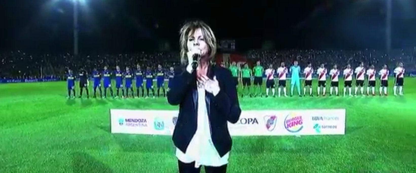 Marcela Morelo cantó un fragmento del Himno Nacional Argentino