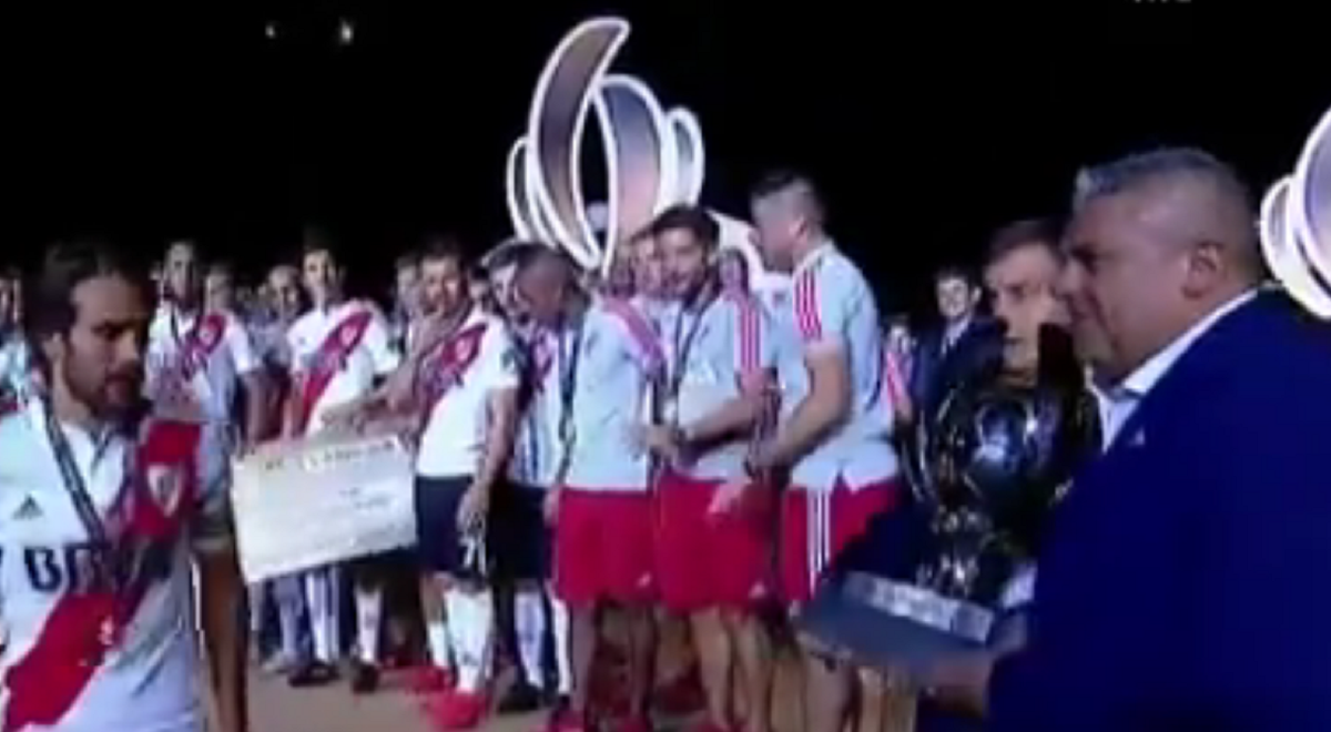 VIDEO: River recibió la Supercopa de manos del bostero Chiqui Tapia
