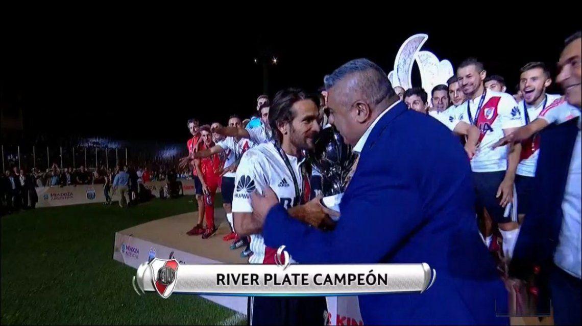 Chiqui Tapia le entrega la Supercopa Argentina a Leo Ponzio