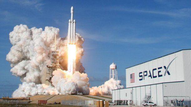 <p>El lanzamiento del Falcon Heavy, un hito en la corta carrera espacial de SpaceX</p>