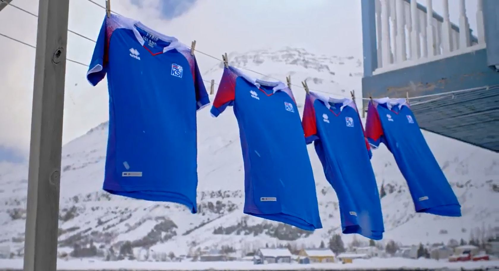 Fútbol bajo la nieve: la gran presentación de la camiseta de Islandia, rival de la Selección en Rusia