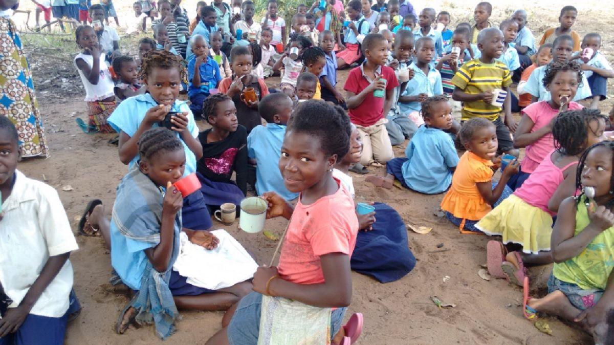 Gracias a la Fundación Messi en Mozambique desayunan diariamente 15.000 chicos por dia