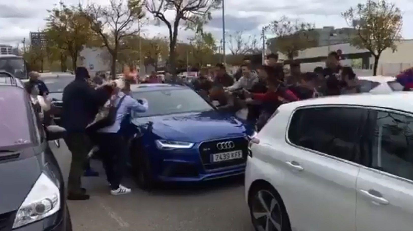 Un peligro: Messi salió del entrenamiento del Barcelona y los hinchas se le tiraron arriba del auto