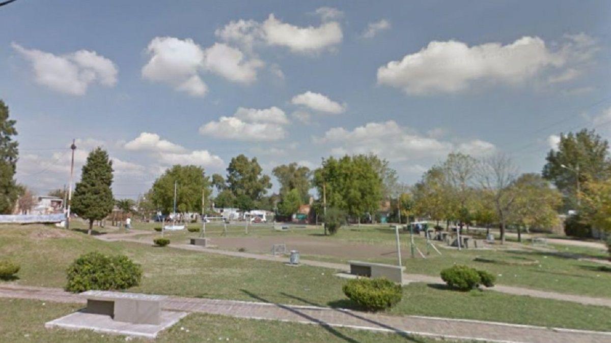 Un adolescente murió electrocutado por tocar un poste de luz cuando jugaba al fútbol en la plaza