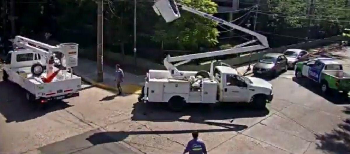 Vicente López: movió una grúa para poder pasar con su camioneta y casi mata a un operario que estaba cambiando luces en la calle