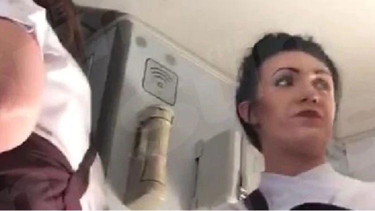 Dos pasajeros tuvieron sexo en pleno vuelo: sólo sancionaron a ella