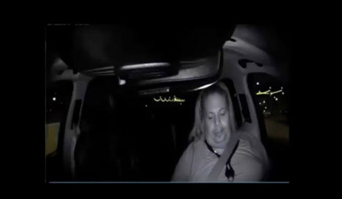 Se ve cómo el conductor estaba distraído al momento del accidente