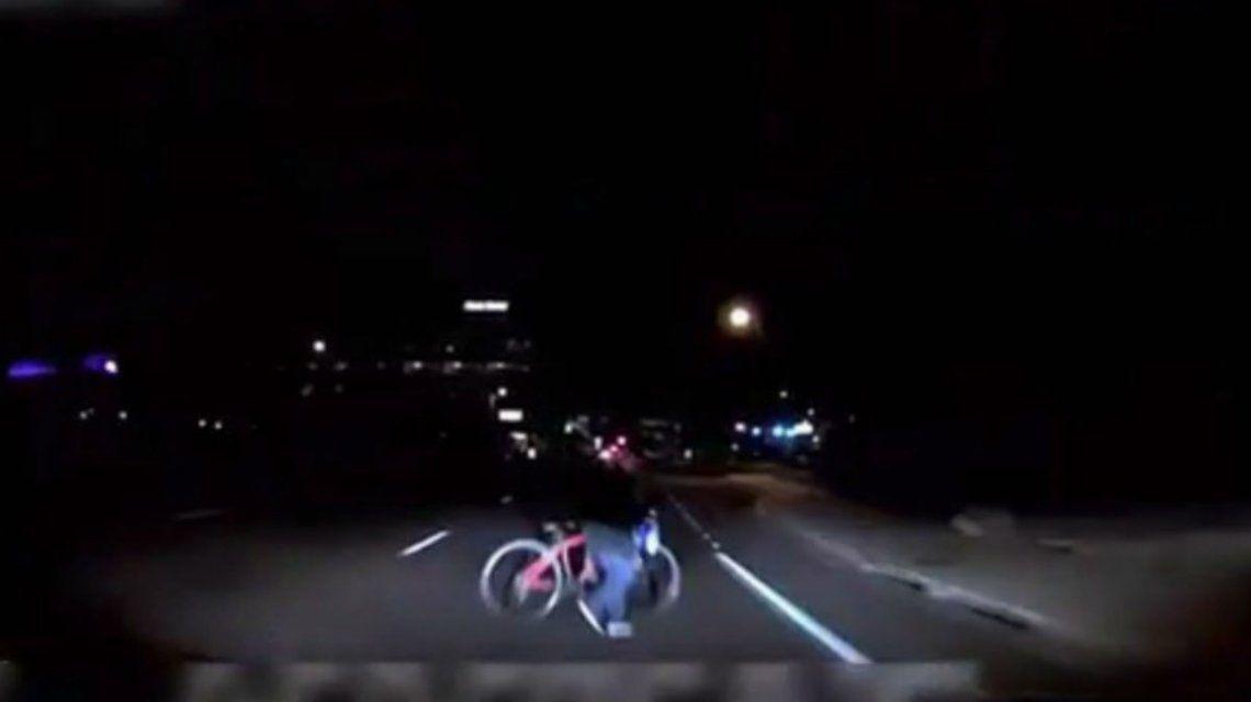 El auto no detectó ni a la mujer ni a la bicicleta