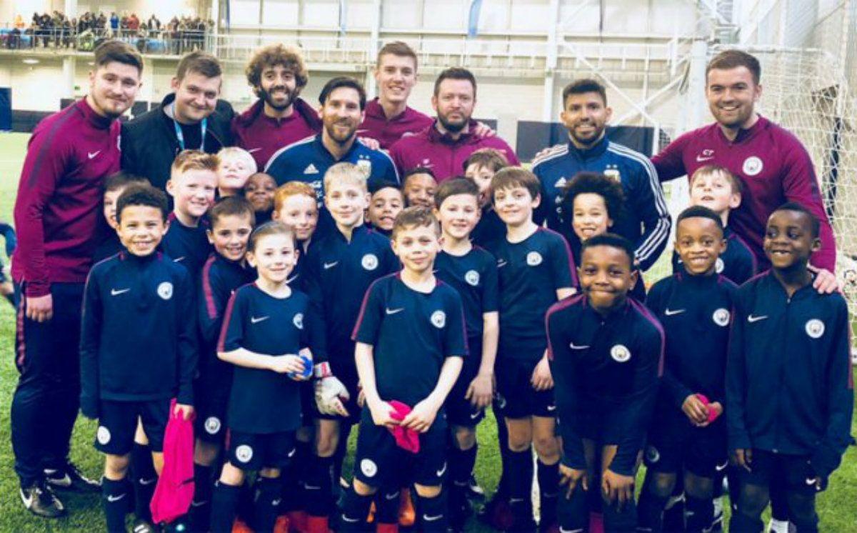 El Kun le cumplió el sueño a los chicos de las inferiores del City: los llevó a conocer a Messi