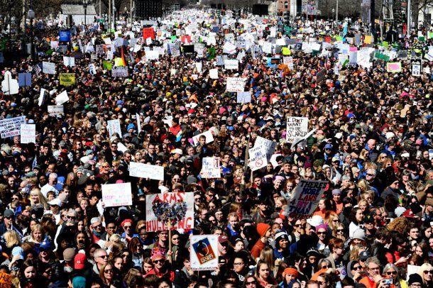 Miles de personas marcharon en 800 ciudades estadounidenses contra las armas