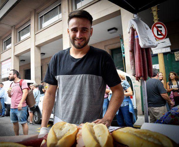 A Maximiliano Gómez le confiscaron los sandwiches que vendía - Crédito: @Diario_Extra<div><br></div>
