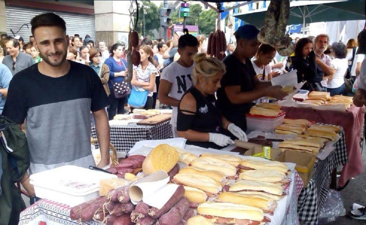 A Maximiliano Gómez le confiscaron los sandwiches que vendía - Crédito: @rosiradosevic