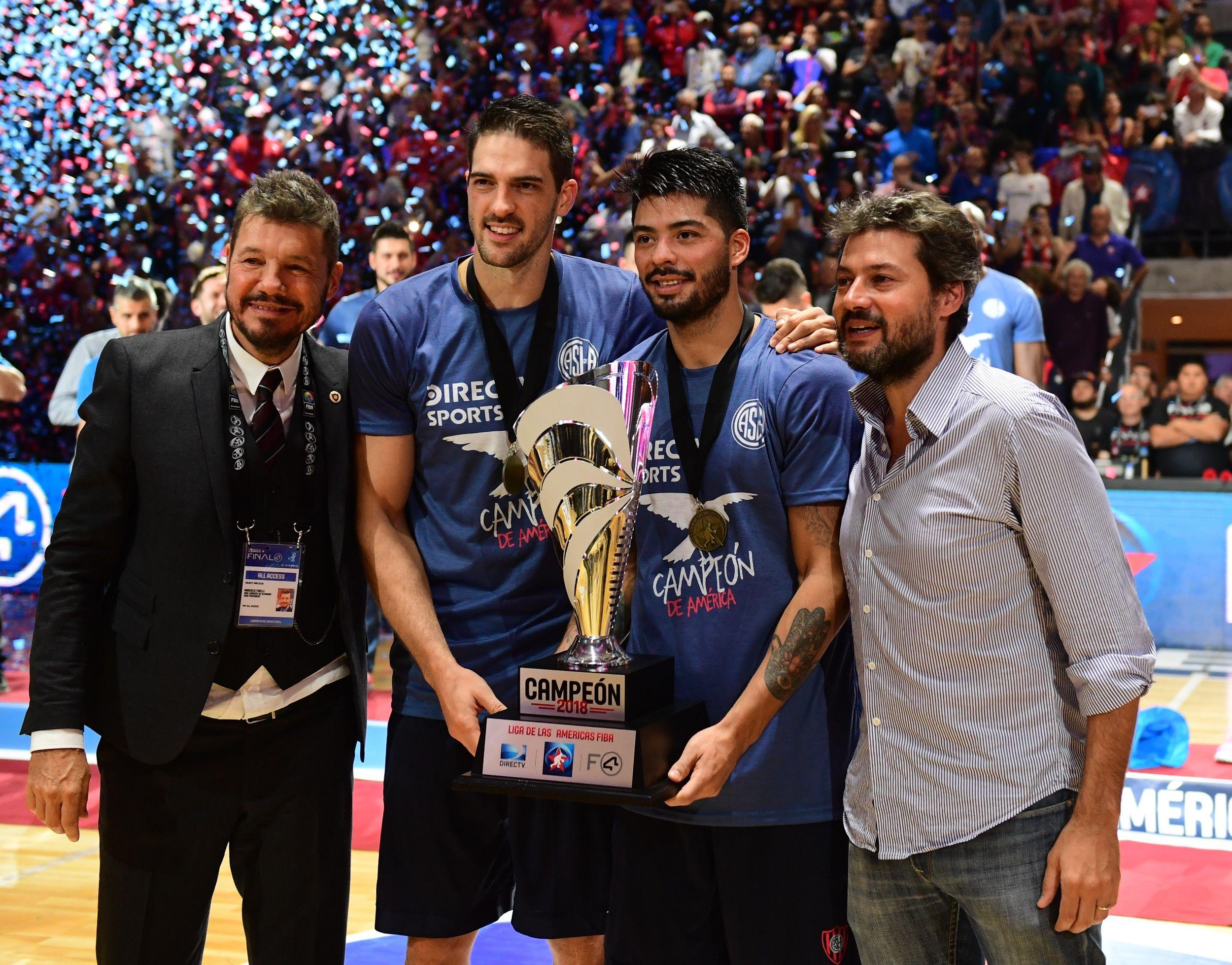 Marcelo Tinelli y Matías Lammens celebran con el trofeo