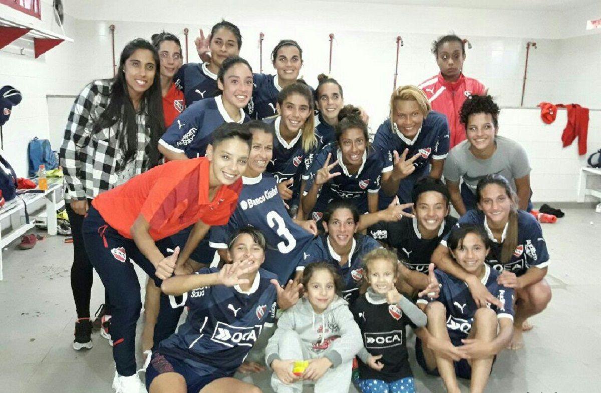 Las chicas del fútbol del Rojo celebran el triunfo y el golazo