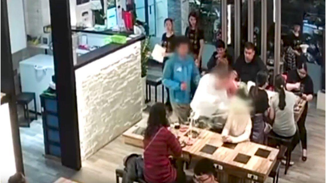 Le tiró la sopa en la cara a una chica