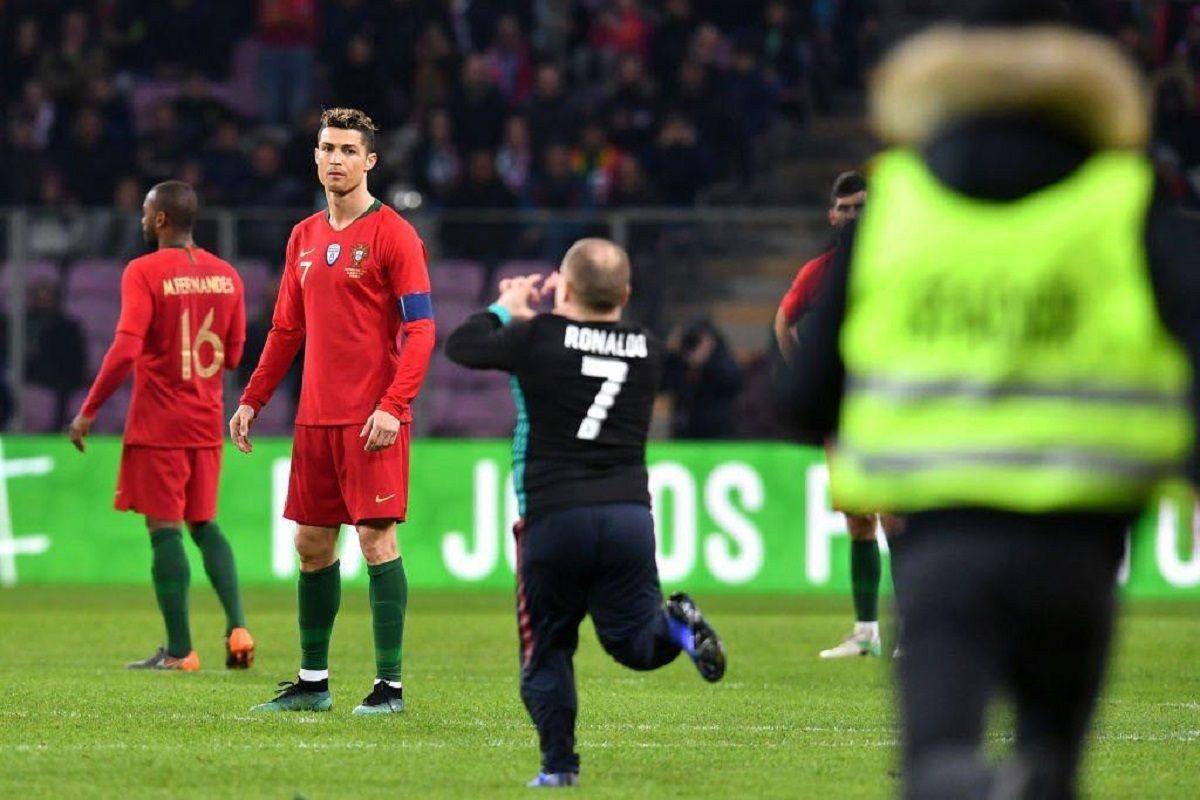 Cristiano Ronaldo en la invasión de cancha en Portugal vs Holanda