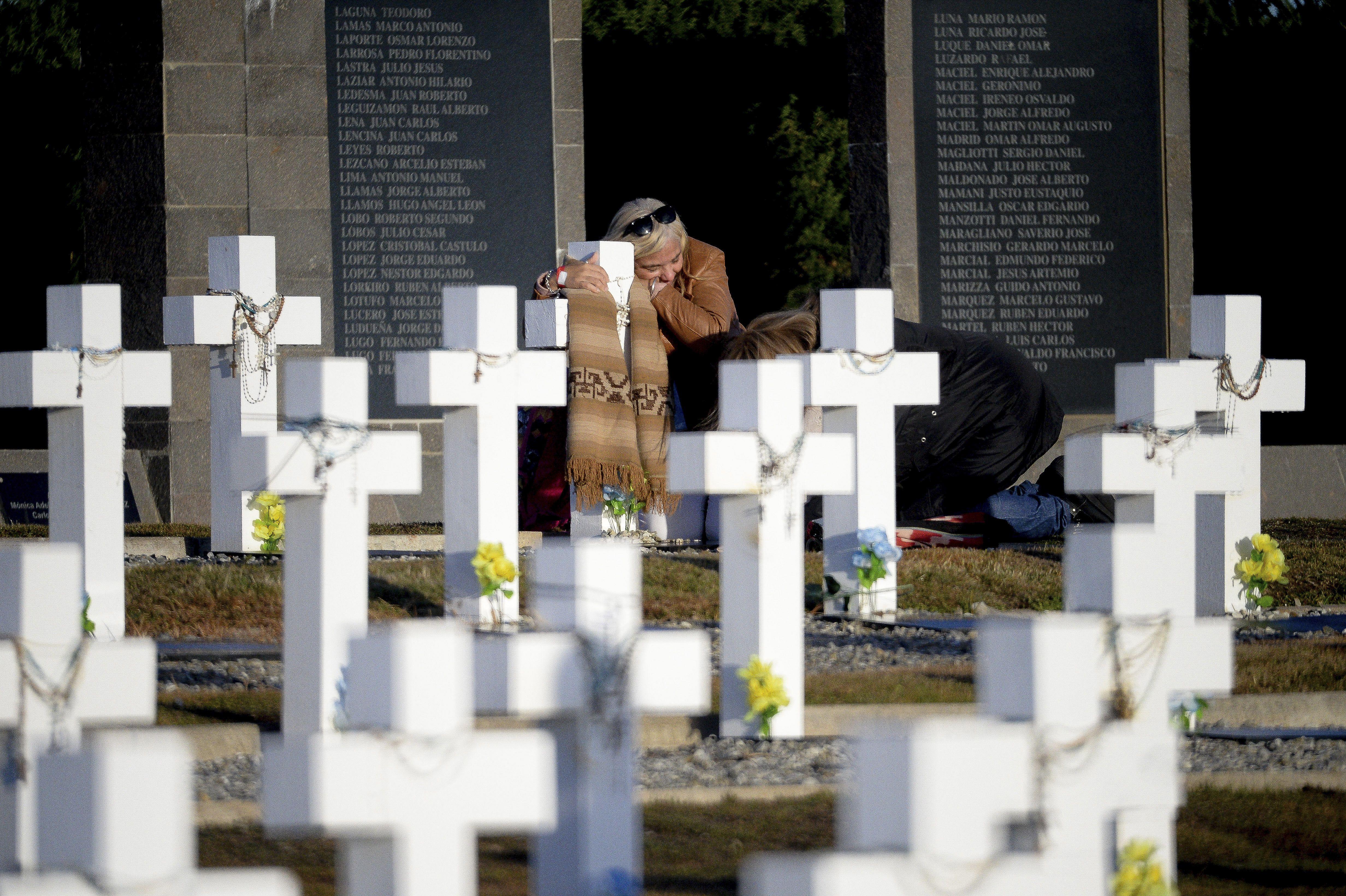 El abrazo de una familiar a la lápida de un héroe de Malvinas