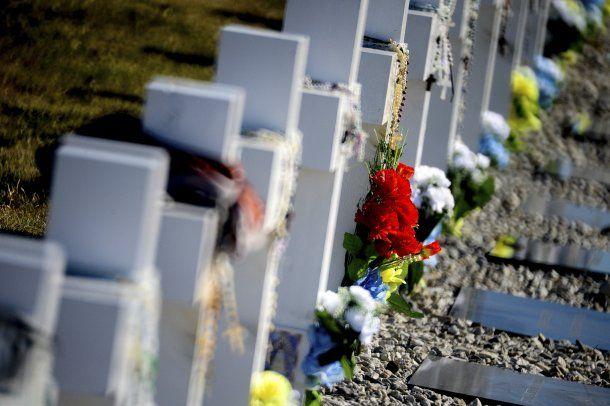 Las lápidas ahora tienen sus nombres<br>