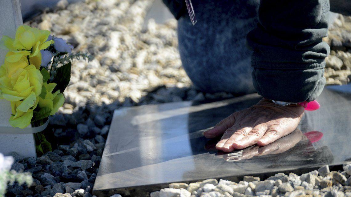 La caricia a una lápida que durante 36 años fue de un Soldado sólo conocido por Dios