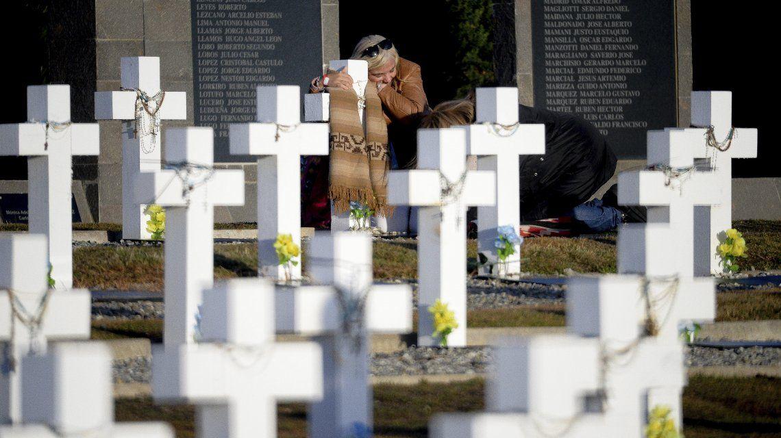 Una de las imágenes más emocionantes: el abrazo a una cruz