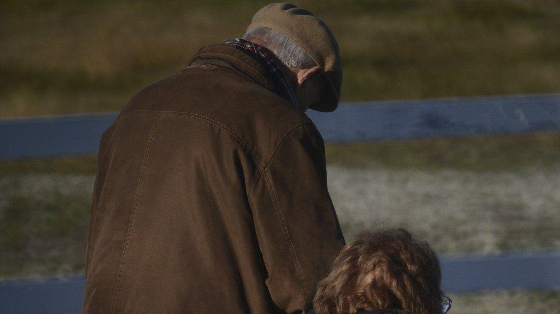 Un hombre entrado en años logró viajar a Malvinas y mostró su emoción
