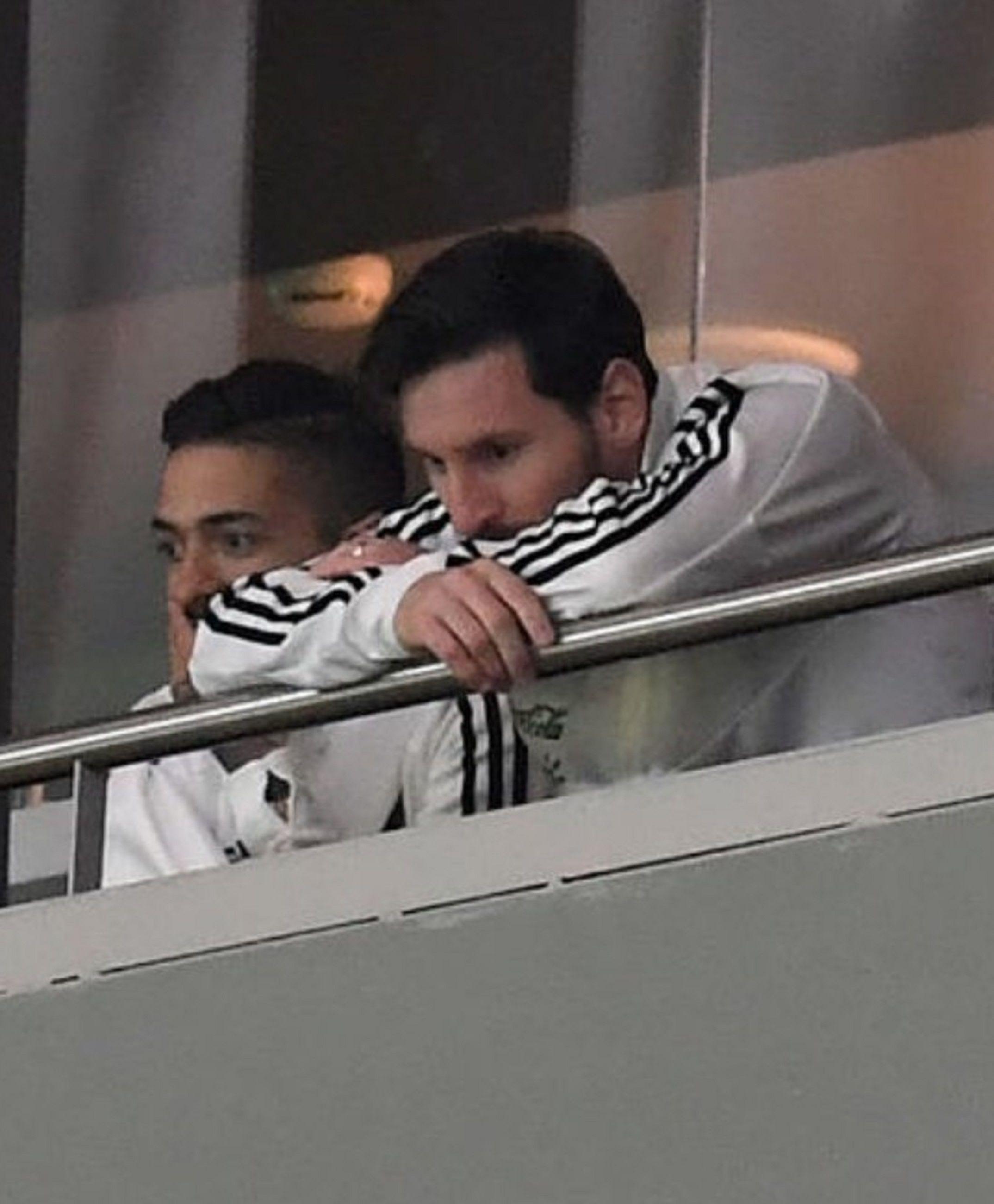 Messi sufrió en el palco la dura derrota de Argentina frente a España