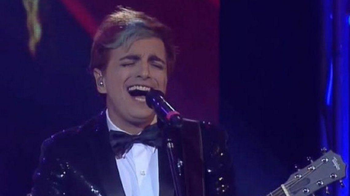 Ale Sergi cantando en el homenaje a Sandro