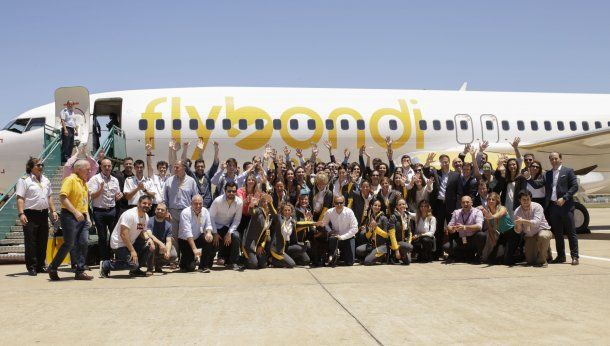 El staff de FlyBondi a pleno el día de su vuelo inaugural<br>