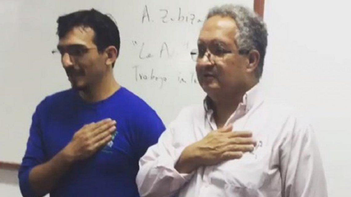 José Cañote canta el Himno con uno de sus alumnos