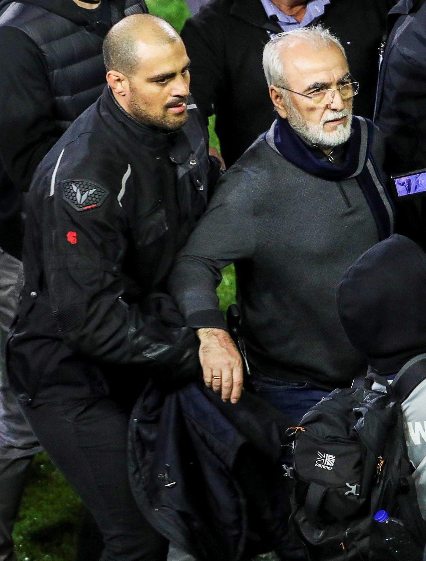 El dirigente fue sacado por las fuerzas de seguridad