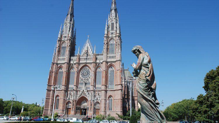 La Plata: un cura le pegó una patada a una chica en las escalinatas de la Catedra