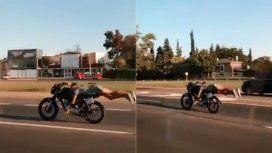 Hizo acrobacias con su moto por Panamericana
