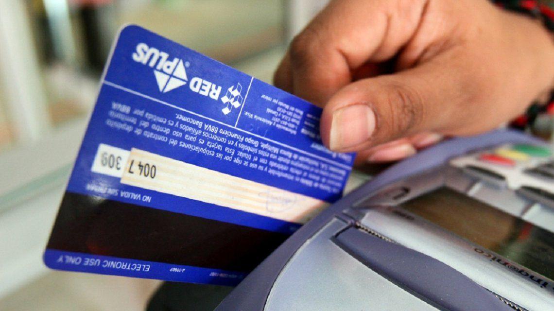 Suben de 10 a 100 pesos el monto mínimo para los pagos con tarjeta de débito