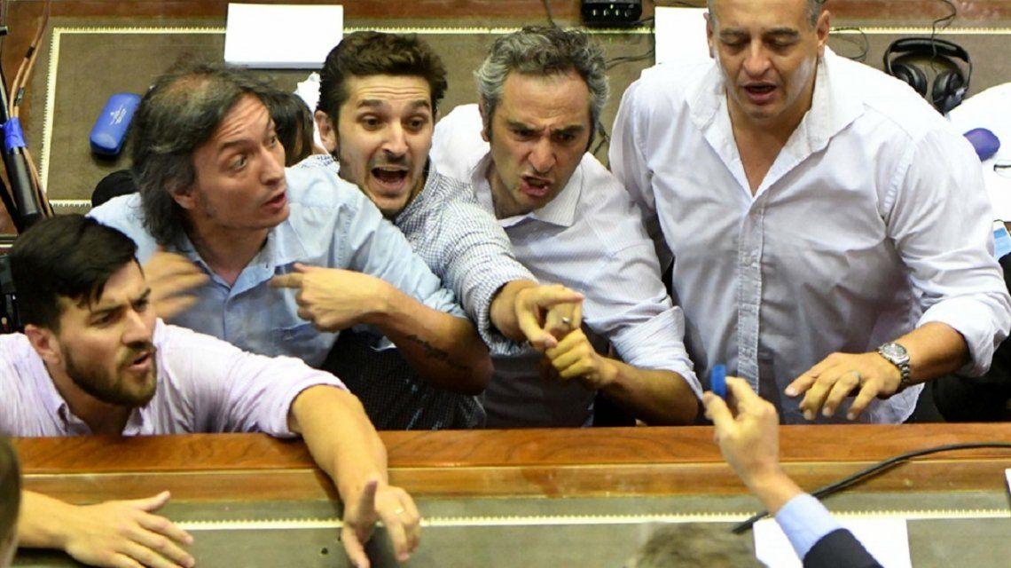 Máximo Kirchner y Andrés Larroque en la sesión por las jubilaciones.