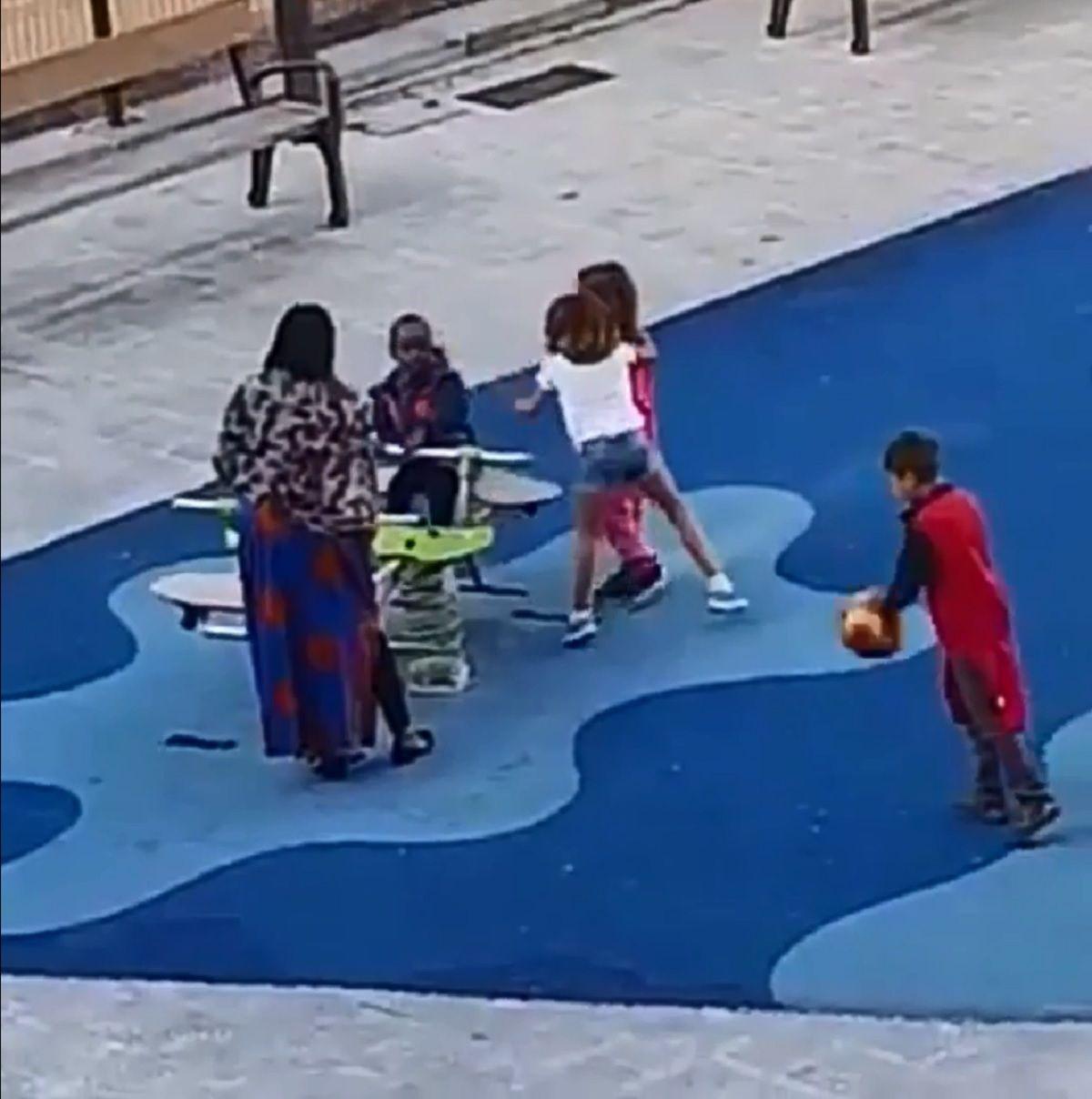 El caso de racismo que más duele: nenes echan a otro de un tobogán por su color de piel