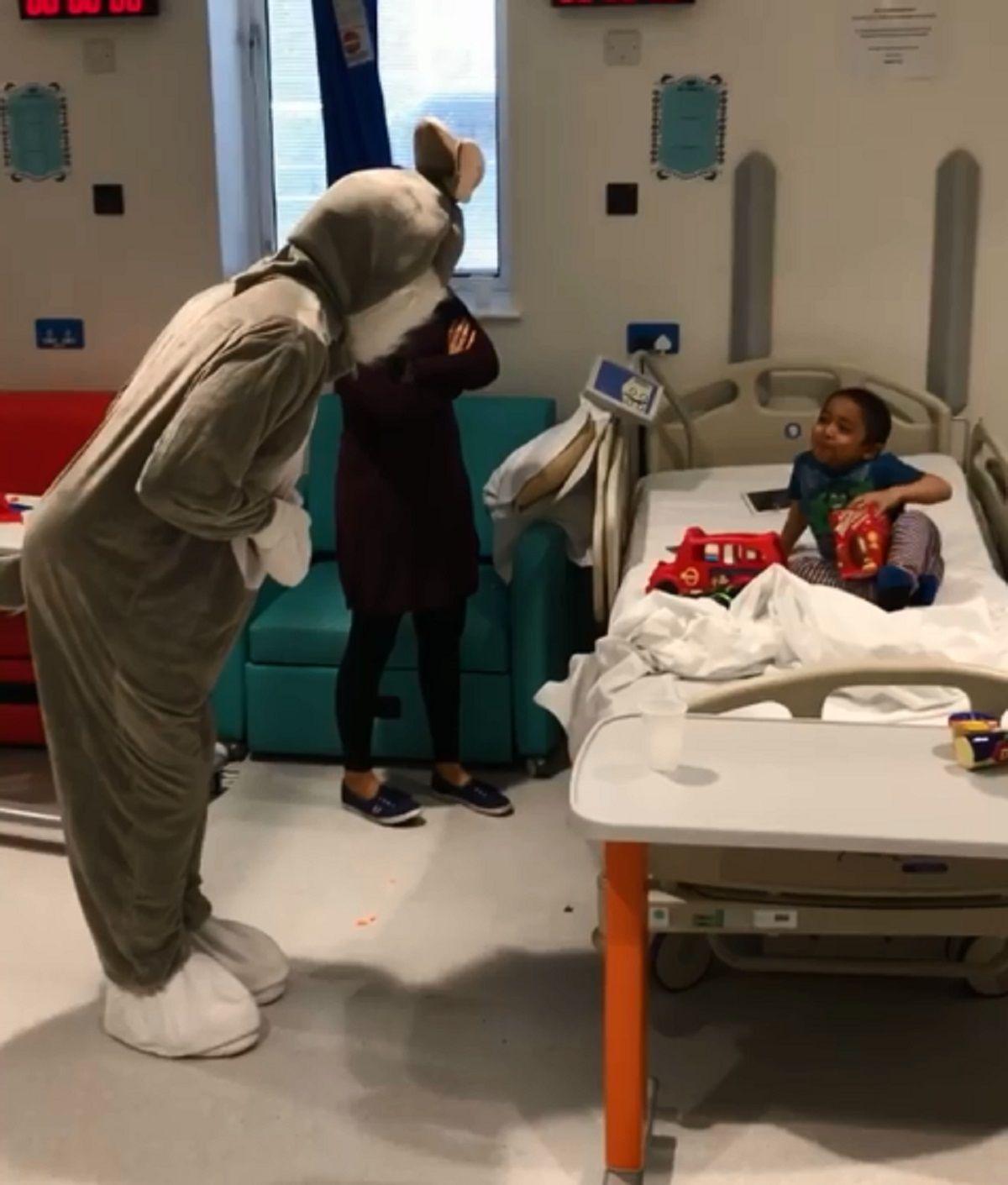 El francés Patrice Evra se disfrazó de conejo y visitó un hospital infantil