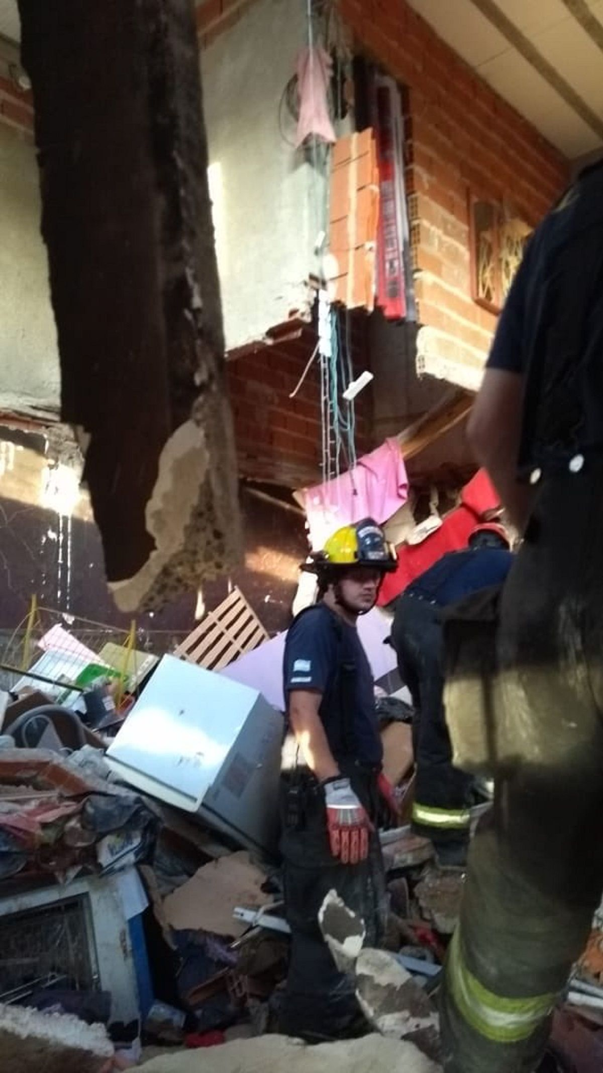 Bomberos voluntarios trabajaron en la remoción de escombros para dar con las víctimas
