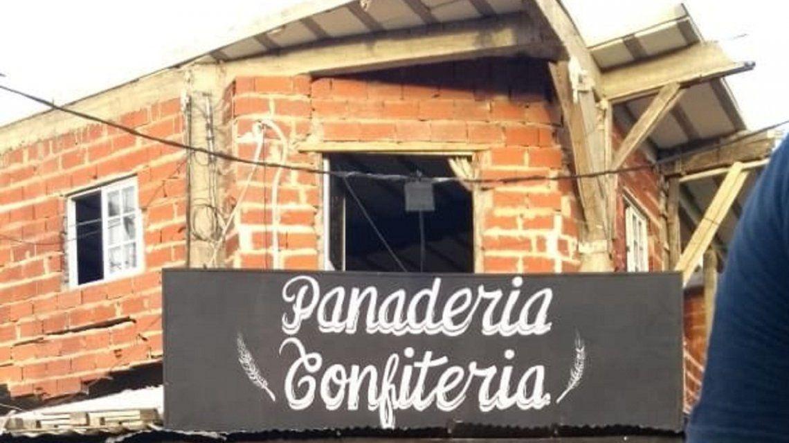 El frente de la modesta panadería que quedó destrozada