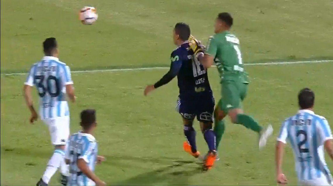 Musso salió lejos y se llevó por delante a Díaz.
