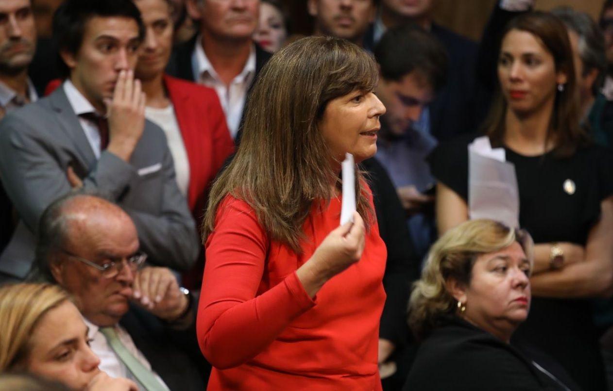 Cerruti recibió un papelito de Caputo y la sesión en el Congreso terminó en escándalo.