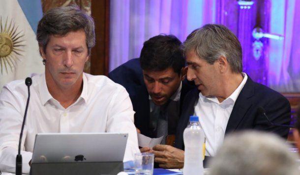 """El ministro de Finanzas le da el """"papelito"""" a su secretario"""