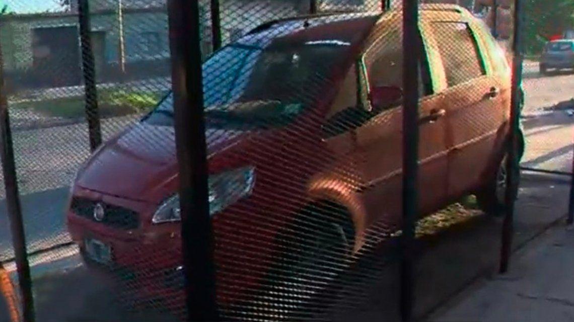 Así quedó al reja para poder estacionar su auto