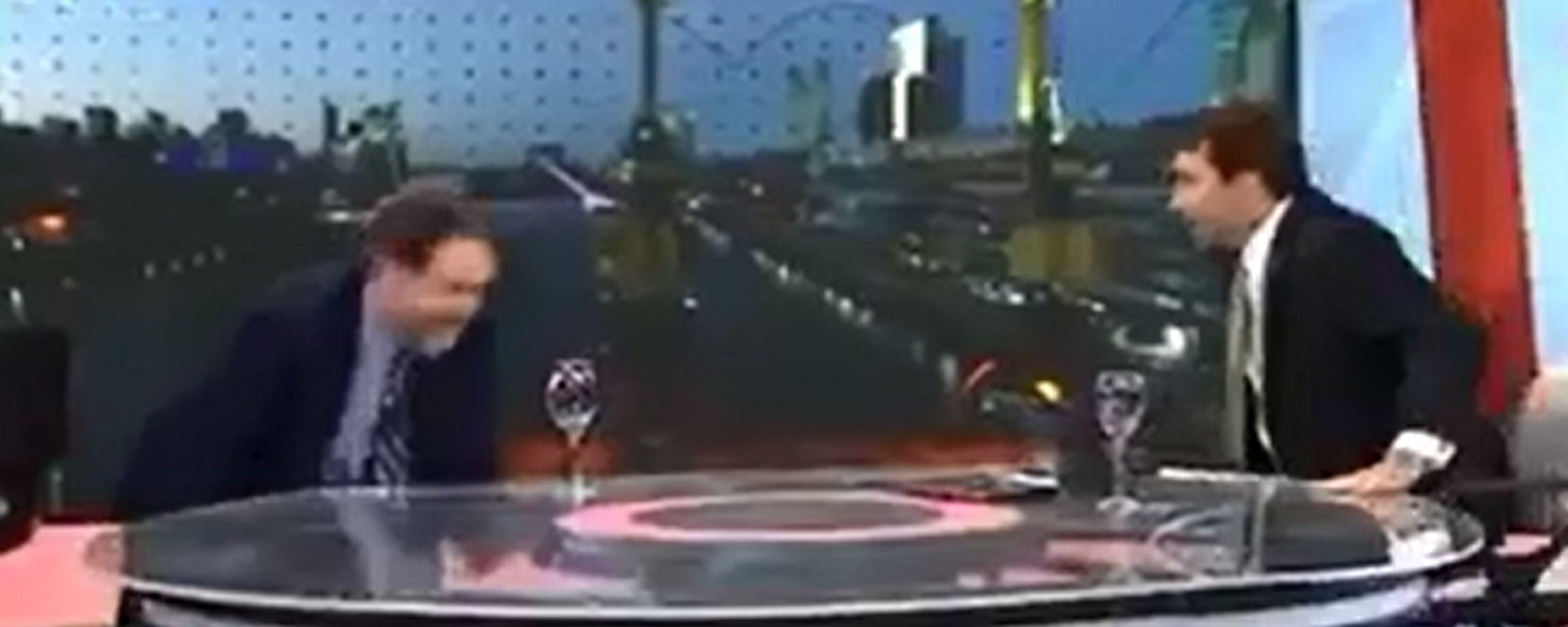 El director del diario ABC de España terminó en el piso en la televisión argentina