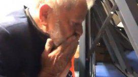 Lula saluda a la multitud que lo respaldó tras el pedido de detención