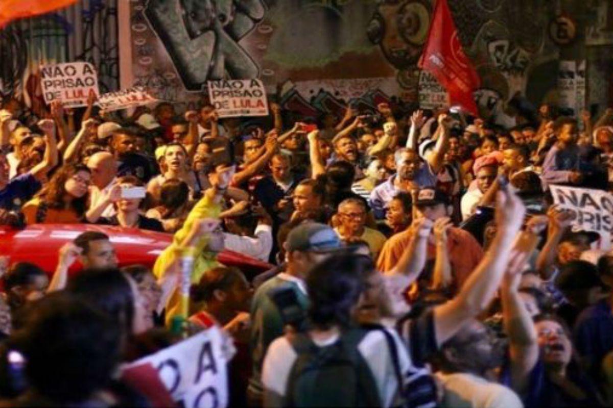 Una multitud lo acompaña antes de ser detenido