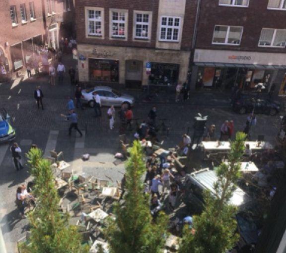 Una camioneta atropelló a una multitud en Alemania y hay al menos tres muertos